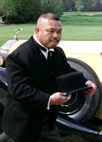Oddjob throws his hat at a statue